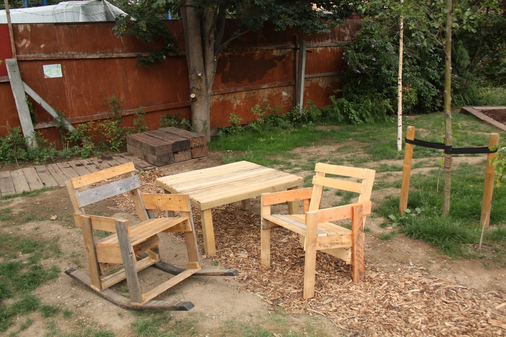 Zestaw drewnianych mebli ogrodowych wykonanych z europalet